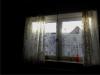 okno s papírovou záclonou