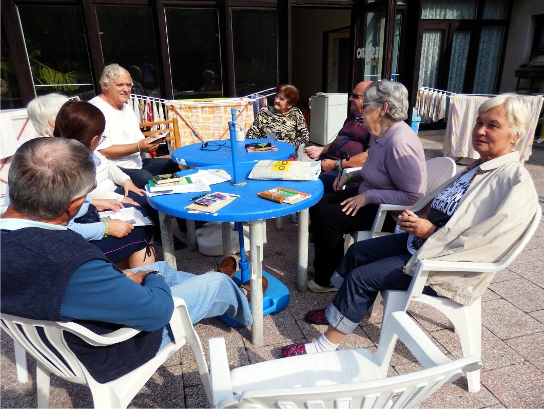 Sluníčko vytáhlo esperantisty na terasu penzionu